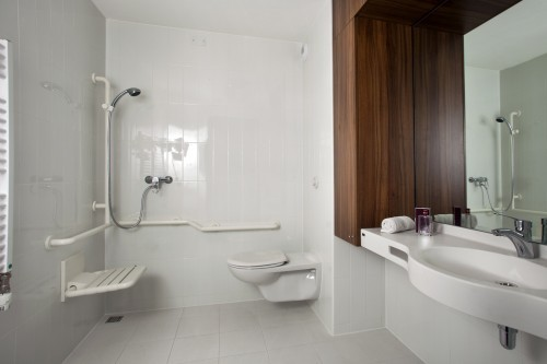 Emejing Salle De Bain Handicape Normes Hotel Images - Awesome ...